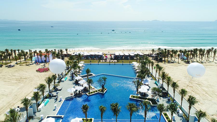 Hồ bơi nước mặn tràn bờ rộng 1.260m2 tại dự án Cam Ranh Mystery Villas Hưng Thịnh