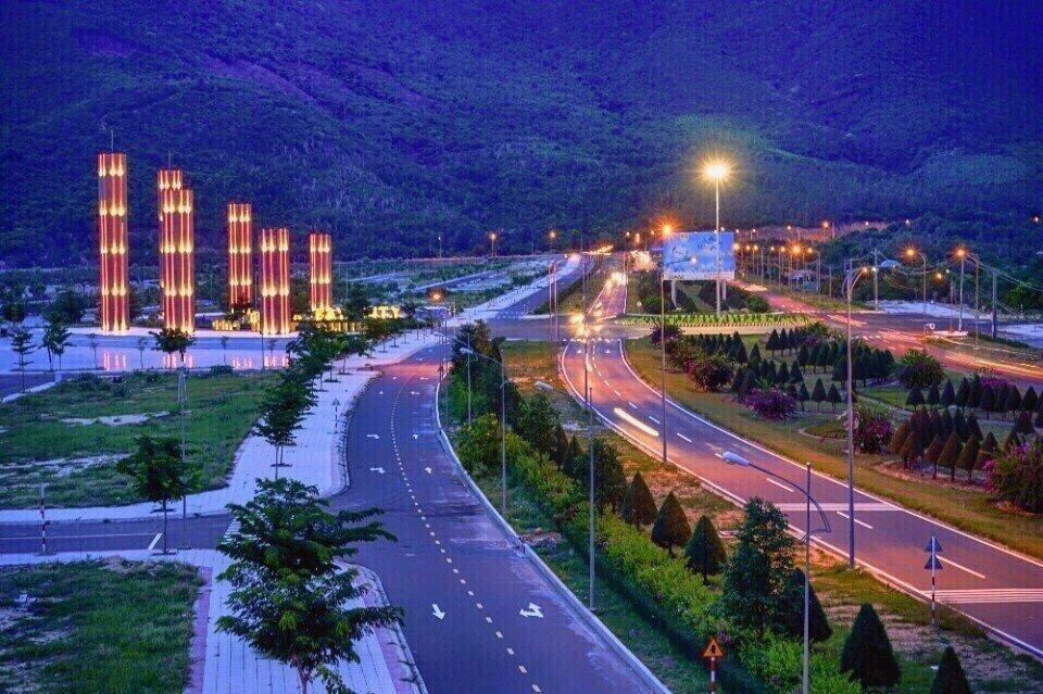 Trục đường Đại Lộ Nguyễn Tất Thành về đêm trước dự án Golden Bay