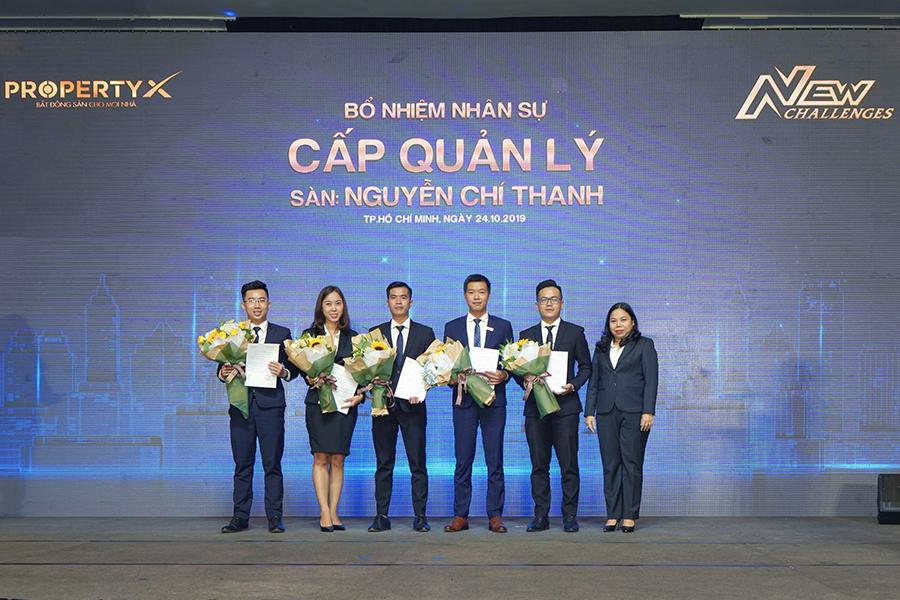 Bà Phạm Thị Nhàn  – Tổng Giám đốc Sàn Nguyễn Chí Thanh trao quyết định bổ nhiệm