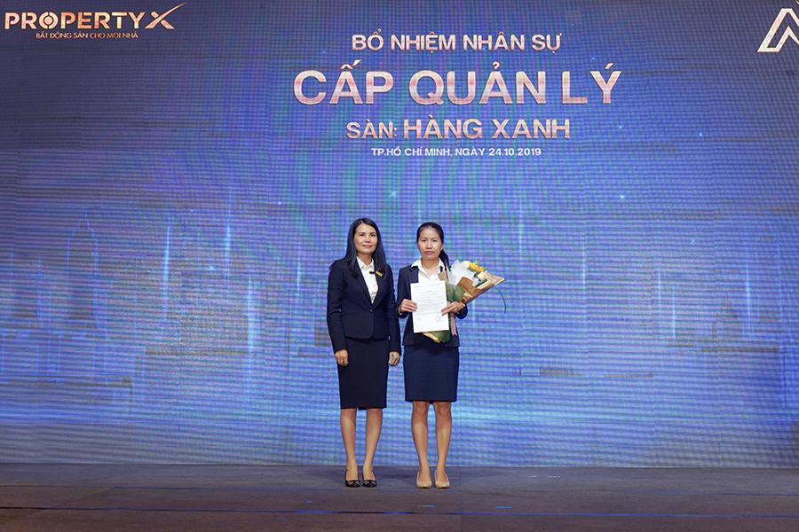 Bà Trần Thị Minh Thư – Tổng Giám đốc Sàn Hàng Xanh trao quyết định bổ nhiệm
