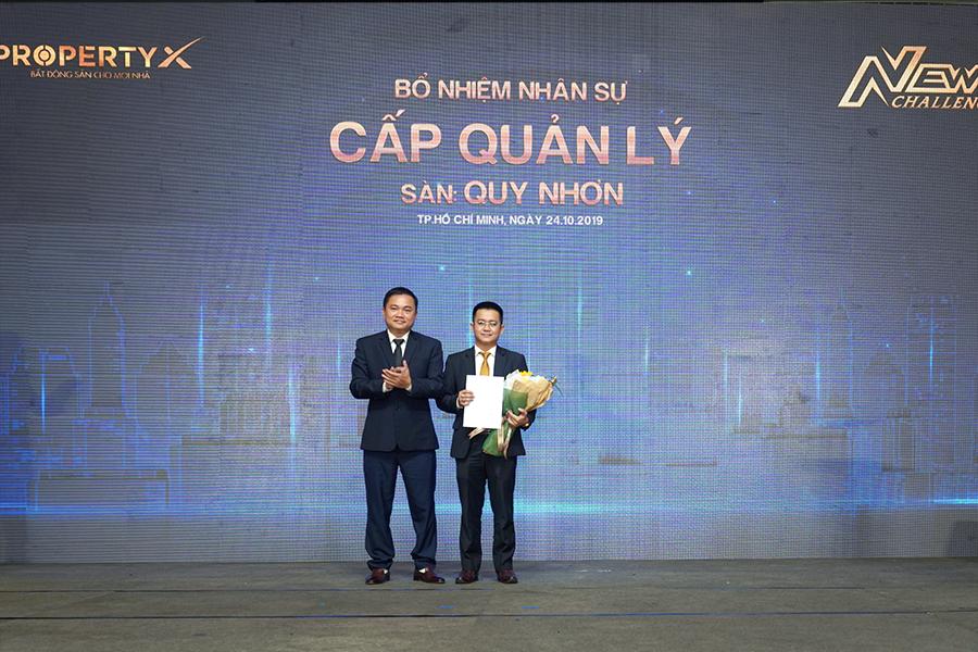 Ông Lê Thanh Tùng – Phó Tổng Giám đốc PropertyX trao quyết định bổ nhiệm